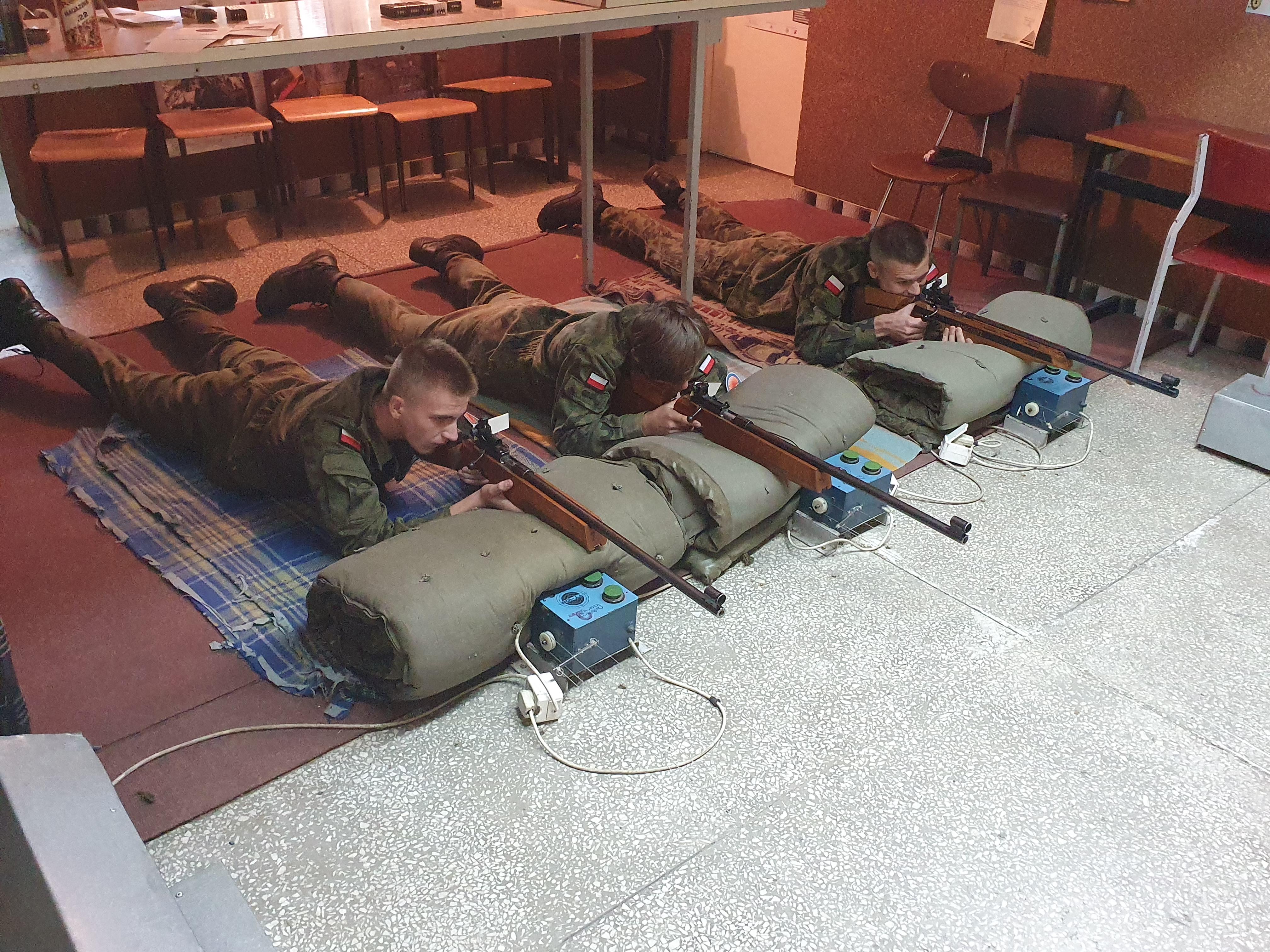 Kadeci z Kościelca na zajęciach strzeleckich
